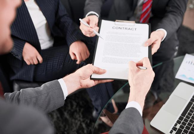 Люди подписывают контракт