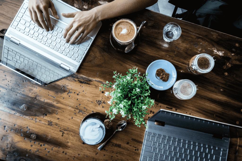 Мужчина с ноутбуком в кафе